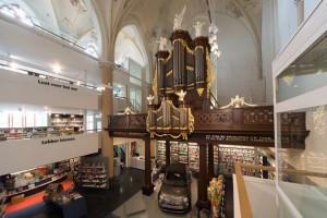 Church-Transformed-into-Bookstore-2-640x427